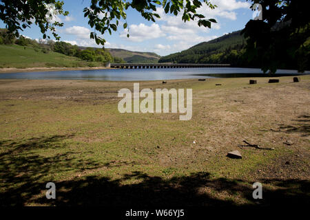 Low water level in the Ladybower Reservoir, the largest (holding 6300 million gallons) of three water storage reservoirs in the Derwent Valley, Peak D - Stock Photo