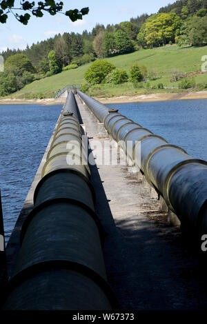 Twin pipe aqueduct at Ladybower Reservoir, the largest (holding 6300 million gallons) of three water storage reservoirs in the Derwent Valley, Peak Di - Stock Photo