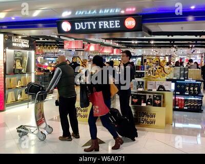 --FILE--Customers ahop at a duty-free shop in the Hong Kong International Airport at Chek Lap Kok in Hong Kong, China, 26 January 2016.   Shanghai Int - Stock Photo