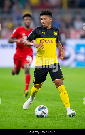 03 August 2019, North Rhine-Westphalia, Dortmund: Soccer: DFL Supercup, Borussia Dortmund - Bayern Munich in Signal Iduna Park. Dortmund's Jadon Sancho on the ball. Photo: Guido Kirchner/dpa - IMPORTANT NOTE: In accordance with the requirements of the DFL Deutsche Fußball Liga or the DFB Deutscher Fußball-Bund, it is prohibited to use or have used photographs taken in the stadium and/or the match in the form of sequence images and/or video-like photo sequences. - Stock Photo