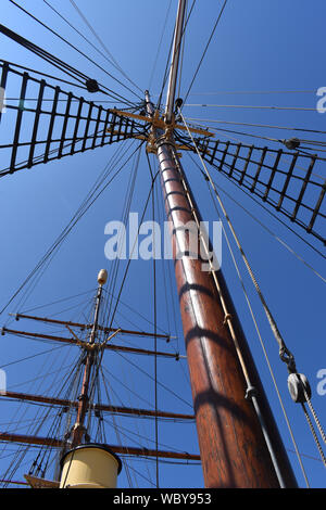 Mast and rigging of the RRS Discovery, the research ship that took Scott and Shackleton to the Antarctic. - Stock Photo