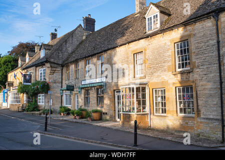 The Organic shop and The Queens Head inn in the market place. Stow On the Wold, Cotswolds, Gloucestershire, England - Stock Photo