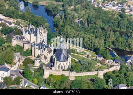 France, Maine et Loire, Montreuil Bellay, the castle and the church near the Thouet river (aerial view) - Stock Photo