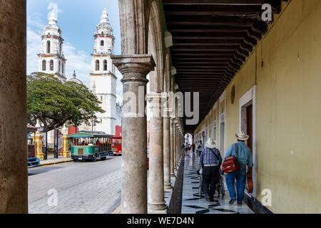 Mexico, Campeche state, Campeche, fortified city listed as World Heritage by UNESCO, the arcades and Nuestra Senora de la Purisima Concepcion cathedral - Stock Photo