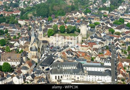 France, Essonne (91), Chevreuse valley, Dourdan, the feudal castle and the church Saint-Germain-l' Auxerrois and the feudal castle (aerial view) - Stock Photo