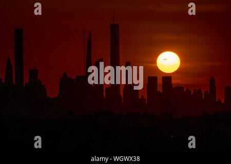 Beijing, USA. 30th Aug, 2019. Sunset over Manhattan is pictured from Arthur Ashe Stadium in Queens, New York, the United States, Aug. 30, 2019. Credit: Li Muzi/Xinhua/Alamy Live News - Stock Photo