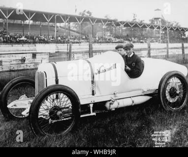Pete Henderson in a 1916 Maxwell at The Indianapolis Motor Speedway , Indiana , USA . All racing was halted 1916 - 1917 because of WWI - Stock Photo