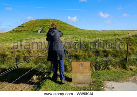 Visitors at Maeshowe, a neolithic chambered cairn, Orkney Scotland - Stock Photo