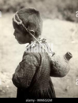 1890s PORTRAIT NATIVE AMERICAN HAVASUPAI INDIAN BOY CARRYING POTTERY WATER JUG ON BACK USING TUMPLINE GRAND CANYON ARIZONA USA - q73404 CPC001 HARS CLAY TURN OF THE 20TH CENTURY INNOVATION USING CONCEPTUAL ARIZONA NATIVE AMERICAN JUG CREATIVITY JUVENILES NATIVE AMERICANS TUMPLINE 1899 AZ BLACK AND WHITE GRAND CANYON HAVASUPAI INDIGENOUS OLD FASHIONED - Stock Photo