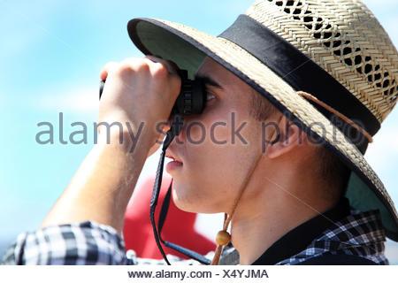 Australia, Nuovo Galles del Sud, Sydney, Man looking through binoculars - Stock Photo