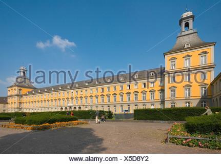 Germany North Rhine-Westphalia Bonn Kurfürstliches Schloss Rheinische Friedrich-Wilhelms-Universität court garden - Stock Photo