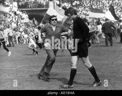 football, Bundesliga, 1970/1971, MSV Duisburg versus Bayern Munich 2:0, Wedau Stadium, goalkeeper Sepp Maier, depressed, - Stock Photo