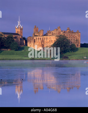 Scotland, West Lothian, Linlithgow Palace and Loch - Stock Photo