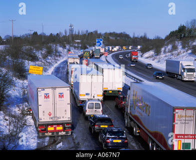 Abandoned vehicles on the northbound M11 in Hertfordshire after heavy snow and lack of gritting on 30/1/03. - Stock Photo