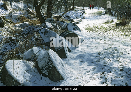 MILLSTONES AND WALKERS IN SNOW BOLE HILL DERBYSHIRE - Stock Photo