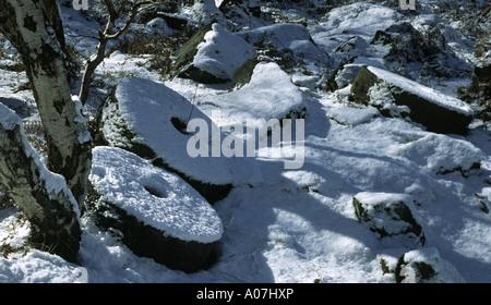 THREE MILLSTONES IN THE SNOW BOLE HILL HATHERSAGE DERBYSHIRE - Stock Photo