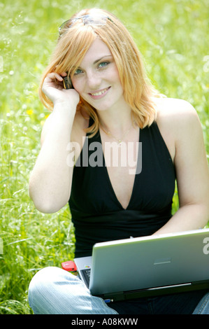Junge Frau arbeitet mit Laptop im Freien, young woman student outdoors working on notebook - Stock Photo
