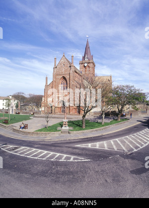 dh St Magnus Cathedral KIRKWALL ORKNEY Front of red and yellow sandstone cathedral scotland orkneys - Stock Photo