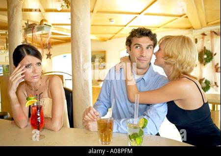 Mann flirtet mit jeder frau