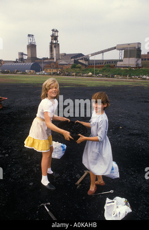 Miners strike 1984 Shirebrook Derbs. Young girls from mining family who are on strike  scavenge for their coal in - Stock Photo