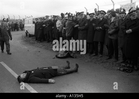 Blockade of USAF nuclear cruise missile air base at Greenham Common Berkshire England 1983 1980s UK HOMER SYKES - Stock Photo