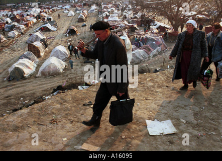 Ethnic Albanian refugees from Kosovo walk to the buses to leave the massive camp in Blace Macedonia Tuesday April - Stock Photo