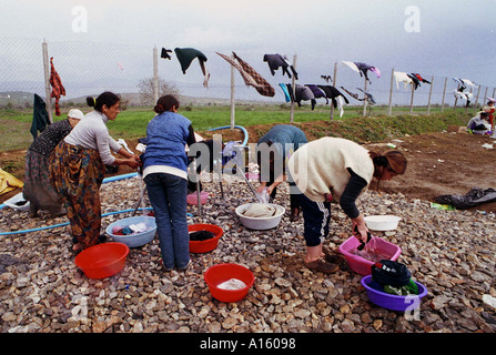 Ethnic Albanian refugees from Kosovo wash clothes in Stenkovec camp near Skopje Macedonia Saturday April 10 1999. - Stock Photo