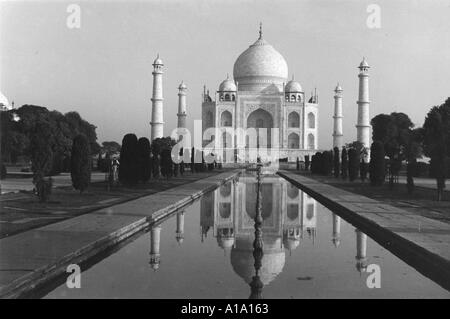 an overview of one of the eight wonders of the world the taj mahal Introduction: taj mahal is regarded as one of the eight wonders of the world, and some western historians have noted that its architectural beauty has never been surpassed.