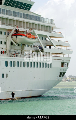 Seamen cleaning the waterline of P&O cruise ship Artemis in the Port of Auckland, New Zealand - Stock Photo