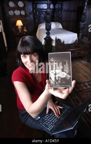 ENGLISH HERITAGE CURATOR TORI REEVE IN THE ELIZABETHAN BEDCHAMBER IN THE GATEHOUSE OF KENILWORTH CASTLE UK - Stock Photo