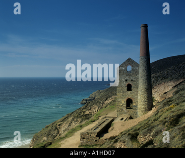 The ruinous Towanroath Shaft pumping engine house part of Wheal Coates mine on the cliffs near St Agnes - Stock Photo