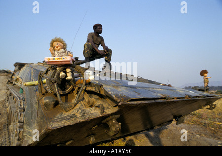 ANGOLA CIVIL WAR AUG 1993 GOVERNMENT SOLDIER AND HIS TANK MASCOT GANADA FRONTLINE - Stock Photo