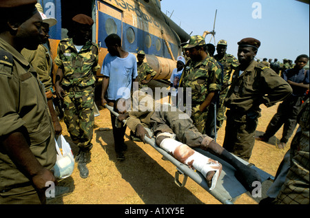 ANGOLA CIVIL WAR AUG 1993 GOVERNMENT SOLDIER WOUNDED AS A RESULT OF LOADING MINES ONTO HELICOPTERS - Stock Photo