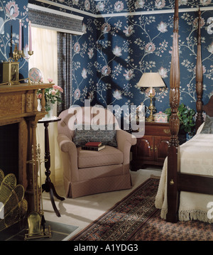bed bedroom quilt quilted bedspread lamp nite night stand pillows fireplace 4 four poster oriental rug - Stock Photo