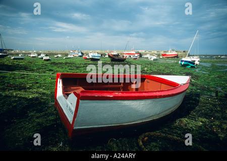 Boot im Hafen von Roscoff bei Ebbe Bretagne Frankrech - Stock Photo