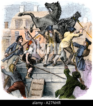 Americans tearing down the statue of English king George III in New York City to celebrate Declaration of Independence - Stock Photo