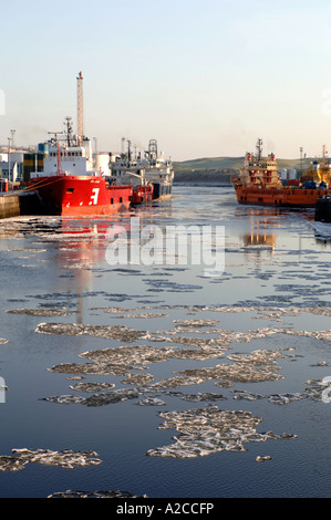 Ice Floes on the River Dee in Aberdeen Harbour at the edge of the North Sea. Grampiam Region. Scotland.  XPL 4368 - Stock Photo
