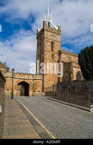 dh Outer gate LINLITHGOW PALACE WEST LOTHIAN Entrance St Michaels Parish Church and cobbled street heritage building