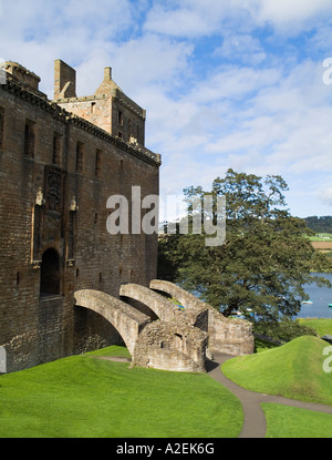 dh  LINLITHGOW PALACE WEST LOTHIAN Stonewalled palace ground and Linlithgow Loch scotland castle building