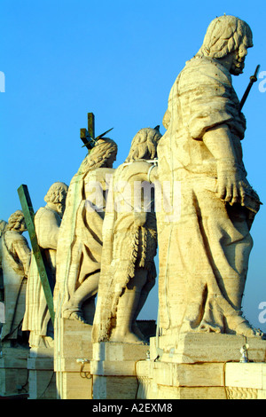 statues jesus christ god the lord carrying the cross on top of the vatican saint peters cathedral vatican city rome - Stock Photo