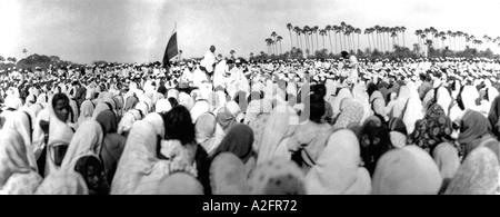 Mahatma Gandhi preaching crowd gathering meeting the breach breaking of salt law Gujrat Gujarat India 9 April 1930