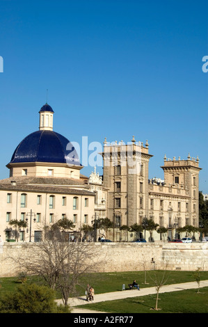 VALENCIA S FINE ARTS MUSEUM OVERLOOKING THE TURIA PARK JARDINES DEL TURIA ONCE AN OLD RIVER BED VALENCIA SPAIN EU - Stock Photo