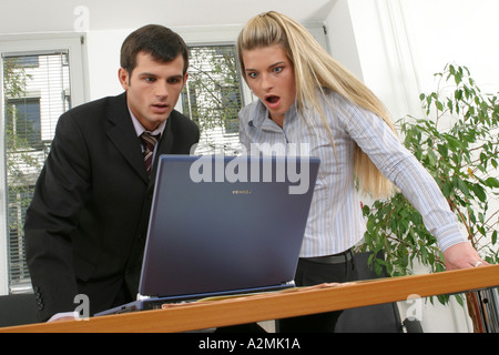 Two employees in office Zwei Angestellte im Buero - Stock Photo