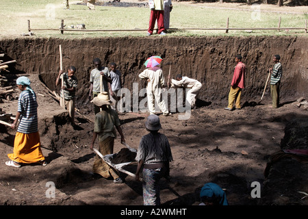 Women and other manual labourers working on digging and carrying earth and rocks for rstoration of Fasalidas Bath - Stock Photo