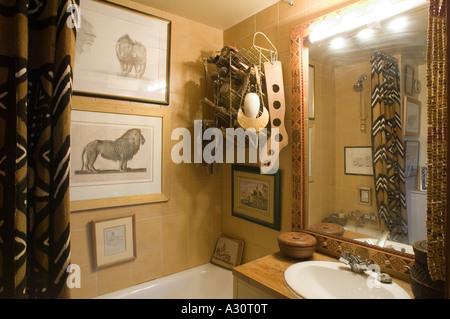 Cosy bathroom with decorative artifacts - Stock Photo