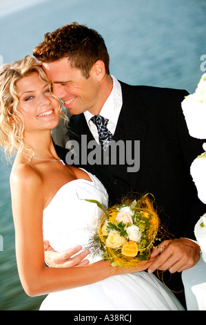 Brautpaar im Freien, mit Hochzeitstorte, bridal couple outside with weddingcake - Stock Photo