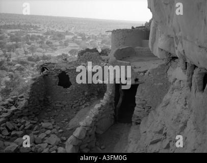 Ancient mud-built buildings line the Bandiagara Escarpment, Mali - Stock Photo