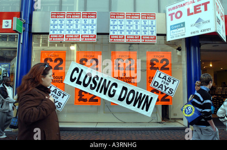 A CLOSING DOWN  BRITISH HIGH STREET SHOP RE ECONOMIC DOWNTURN SHOPPERS RECESSION RISING RENTS SHOPPING SHUT LET - Stock Photo