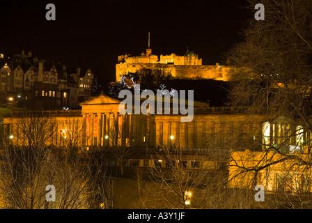 dh  EDINBURGH CASTLE EDINBURGH Scottish National Gallery of Scotland and floodlit castle night view