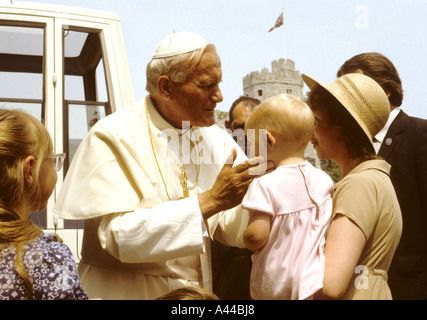 Pope John Paul II greets a family at Cardiff Castle -Cardiff -Wales-UK - Stock Photo